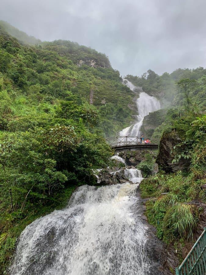 Sapa, провинция Lao Cai, северный Вьетнам на July13,2019: Сильная подача воды и стал-сдобренный мост на серебряном waterfa Bac Th стоковые изображения