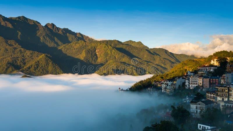 Sapa dalstad i misten i morgonen, Vietnam royaltyfria bilder