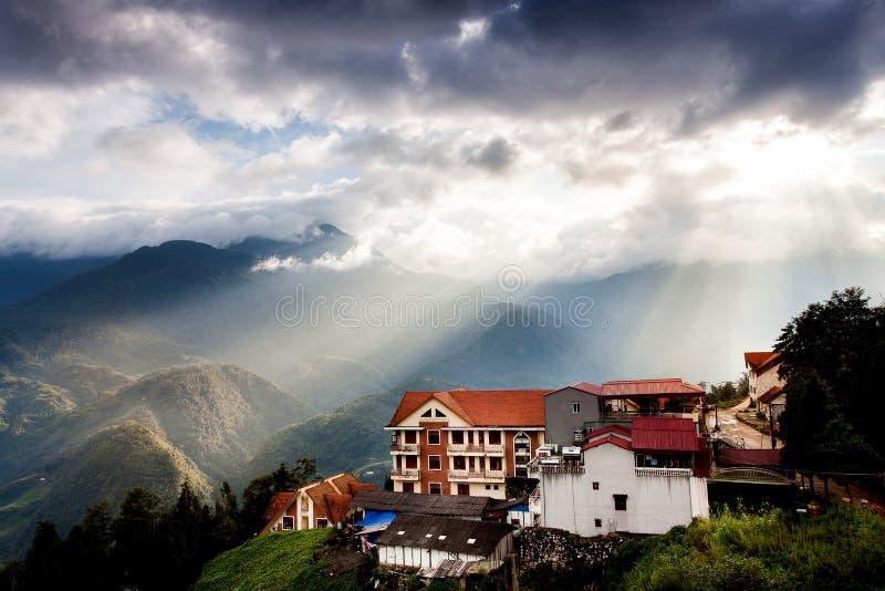 Sapa dalstad i misten i morgonen, Vietnam royaltyfri fotografi