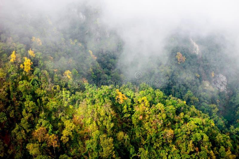 Sapa dalstad i misten, Vietnam arkivfoto