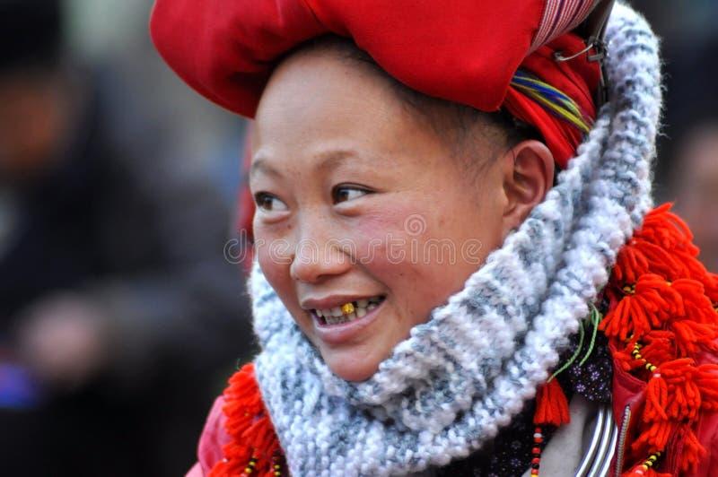 Femme rouge de minorité ethnique de Dao avec le turban dans Sapa, Vietnam photographie stock libre de droits