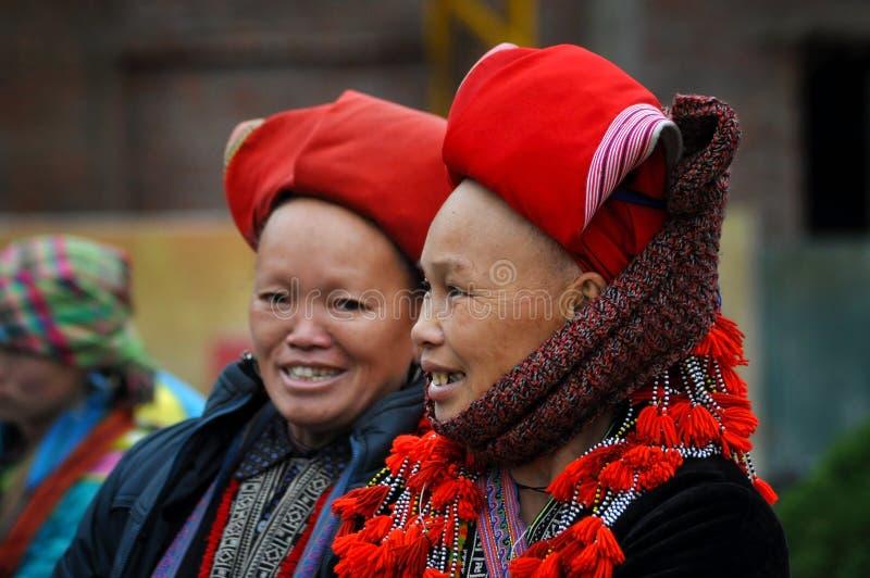 Donne rosse di minoranza etnica di Dao con il turbante in Sapa, Vietnam fotografia stock