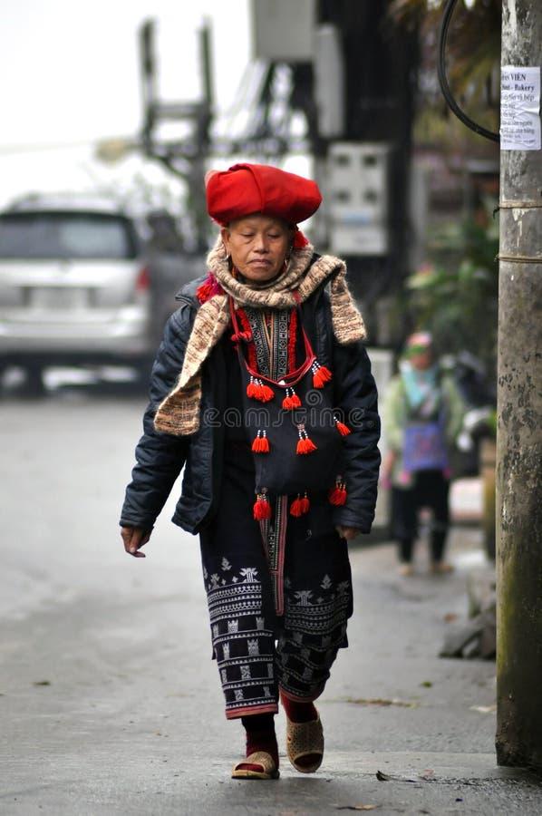 Rote Dao Minderheitsfrau mit Turban in Sapa, Vietnam stockbild