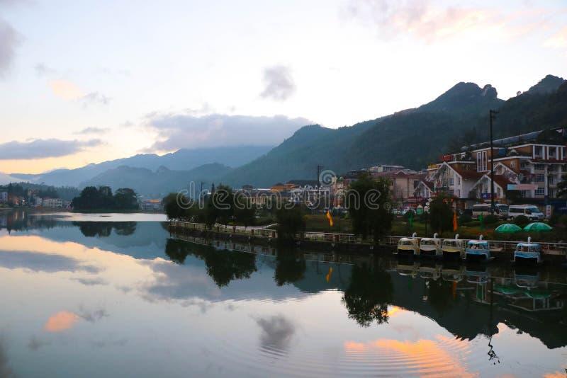 Sapa kształtuje teren jeziornego widoku odbicia niebo i górę przy Wietnam kulturą obraz stock
