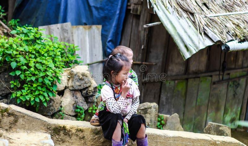 SAPA, LAO CAI, VIETNAM, 2 December, 2017: Niet geïdentificeerde etnische minderheidjonge geitjes in Sapa, Vietnam Hagiang is een  stock afbeelding