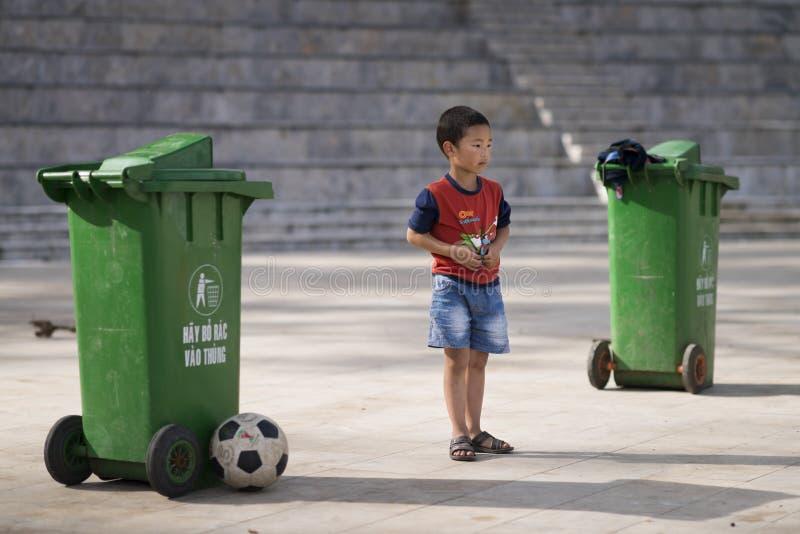 Sapa, Lao Cai, Vietnam - 08 17 2014: Un niño vietnamita que juega a fútbol como portero con una meta hecha con dos compartimiento foto de archivo