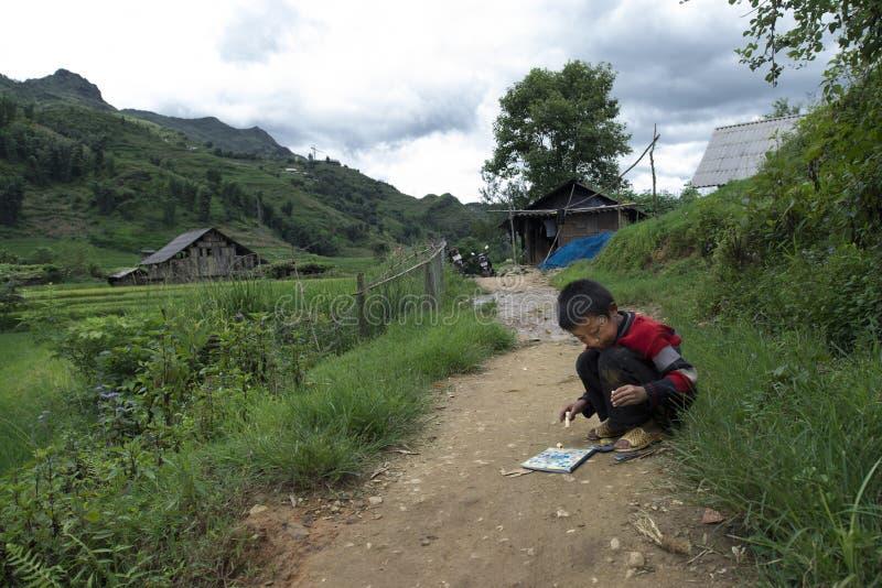 Sapa Lao Cai, Vietnam - 08 16 2014: Vietnamesisk ungeteckning på en bana i Sapa, Lao Cai, Vietnam fotografering för bildbyråer