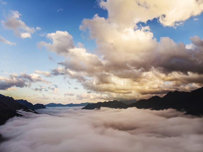 Sapa, Laocai, Vietnam O Quy Ho Atop in Sapa, Lao Cai, Vietnam Het mooie Landschap van de Berg De bergen tussen de wolken stock foto's