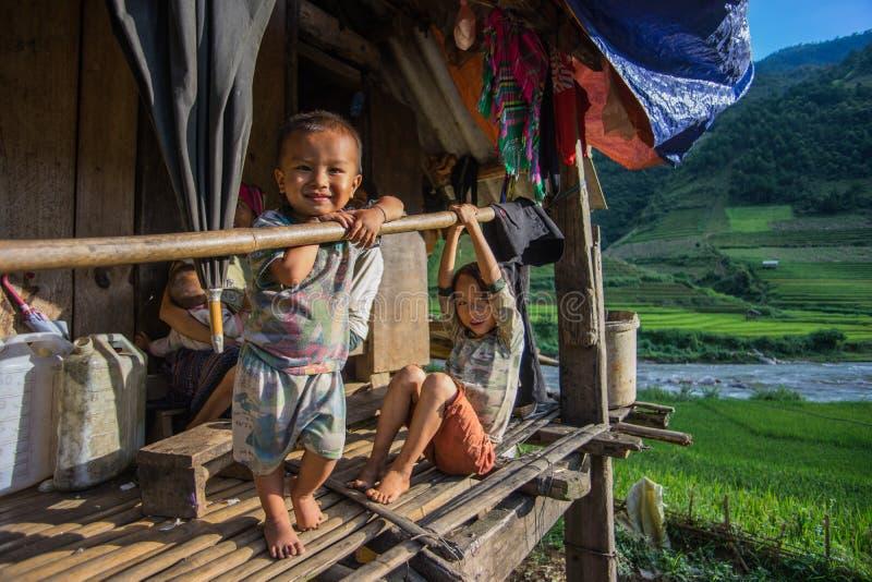 Sapa, Sep 2014 van Vietnam -14 - een Kind zit binnen voor zijn huis stock foto's