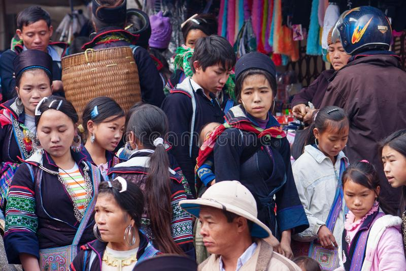 Sapa, Vietnam - Januari 03, 2010: Zwarte Hmong-etnische minderheidvolkeren in de markt, Sa-Pa, Lao Cai Province, Noord-Vietnam stock foto