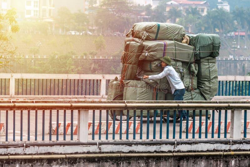 SAPA, VIETNAM - 14. MÄRZ 2019: Am Morgen beschäftigte Labour die Beförderung einer Menge Güter vom Schiff zu einem anderen lizenzfreie stockbilder