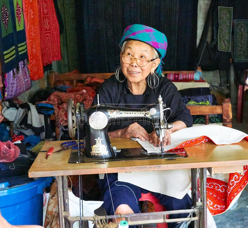 Sapa, Vietnam - 22 mai 2019 Las mujeres locales hacen la ropa en valey del sapa de chai del lao en Vietnam fotos de archivo libres de regalías