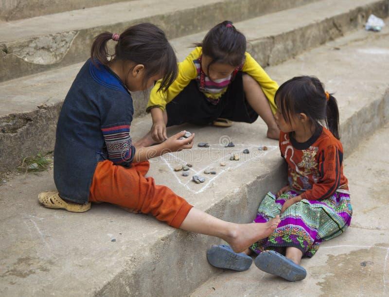 Sapa, Vietnam - 22 octobre 2011 : Trois filles jouent au jeu photographie stock