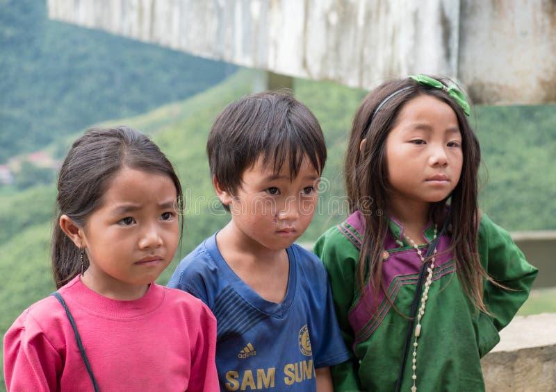 Sapa, Vietnam - 08 Sep 2017: Jonge pathetische foto en blikken en stamgroep die zijn ontbreken royalty-vrije stock foto