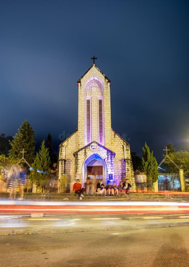 Sapa, Wietnam: Sep 07 2017: Notre Damae katedra lub Święty Różańcowy Kościelnego budynku punkt zwrotny Sapa z lekkim ruchem drogo zdjęcia royalty free