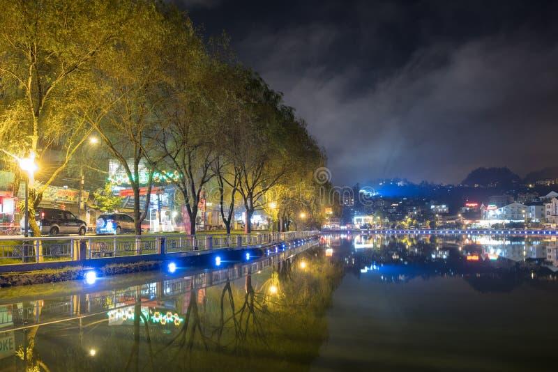 Sapa, Wietnam: Sep 07 2017: Punkt widzenia laguny dekorujący piękni światła z wierzby drzewem w Sapa mieście zdjęcie royalty free