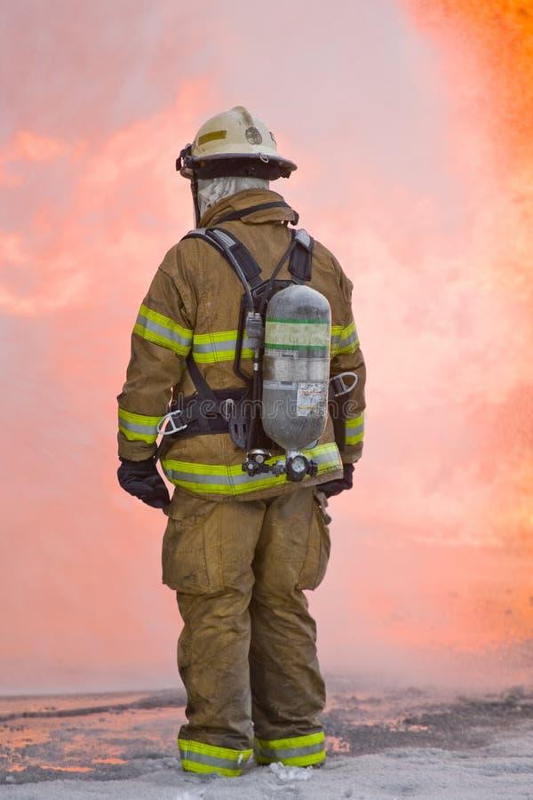 Sapador-bombeiro com flamas imagens de stock