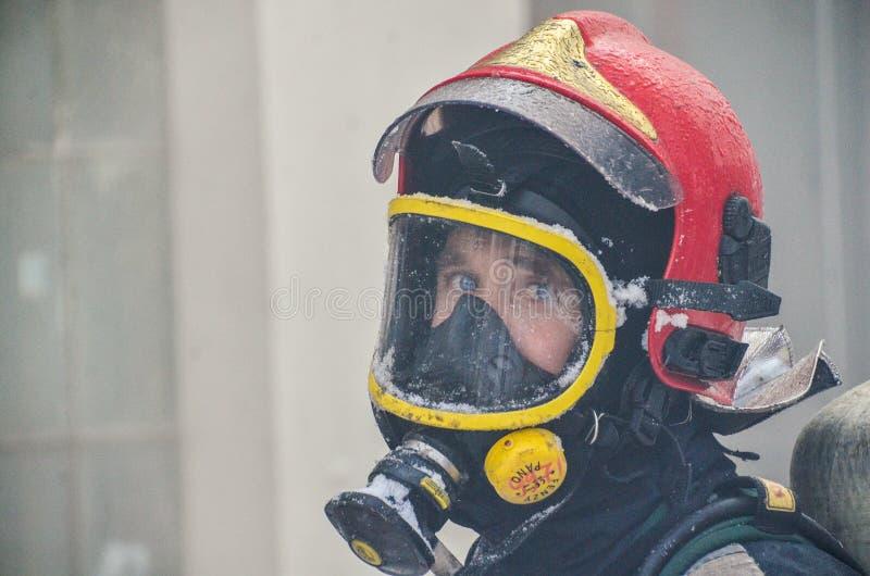 Sapador-bombeiro com uniforme congelado fotos de stock