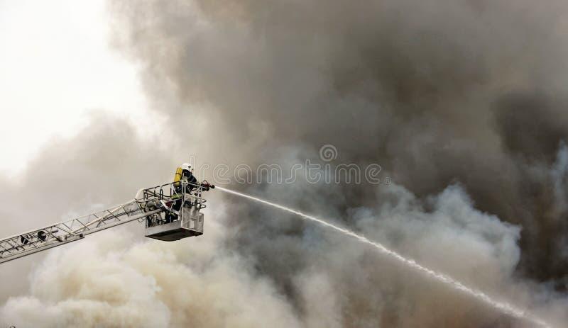 Sapador-bombeiro no dever fotos de stock