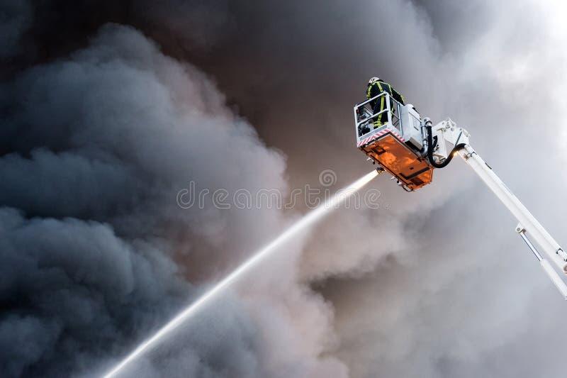 Sapador-bombeiro no trabalho imagem de stock royalty free