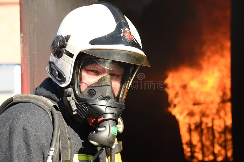 Sapador-bombeiro nos VAGABUNDOS BASCA do instrumento de respiração imagem de stock royalty free
