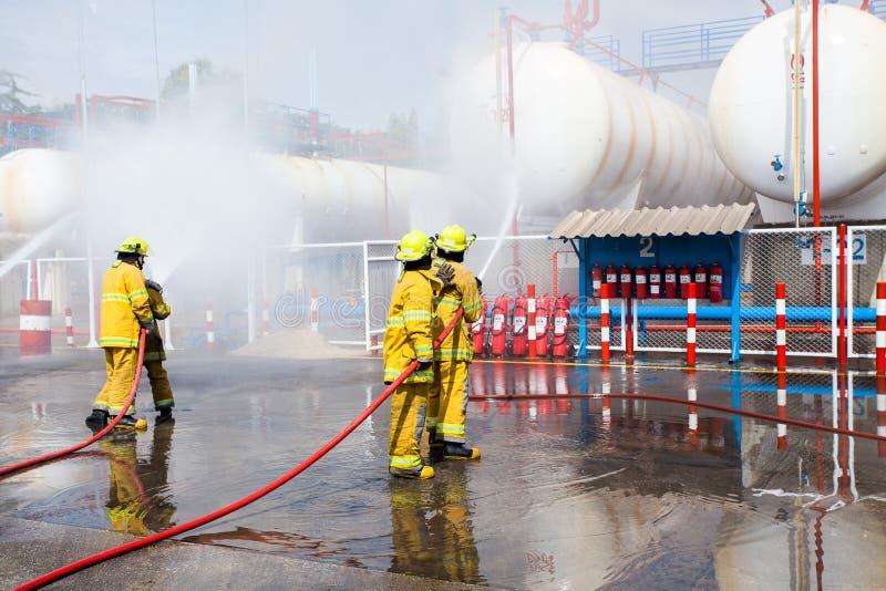 Sapador-bombeiro que põe para fora um carro que se queimasse foto de stock