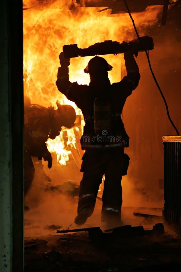 Sapadores-bombeiros dentro da casa imagem de stock royalty free