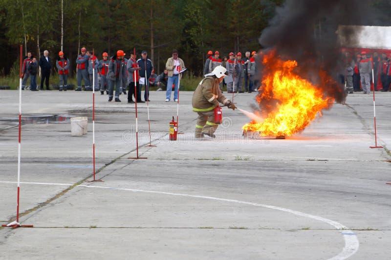 Sapadores-bombeiros do treinamento na escala de treinamento imagens de stock royalty free