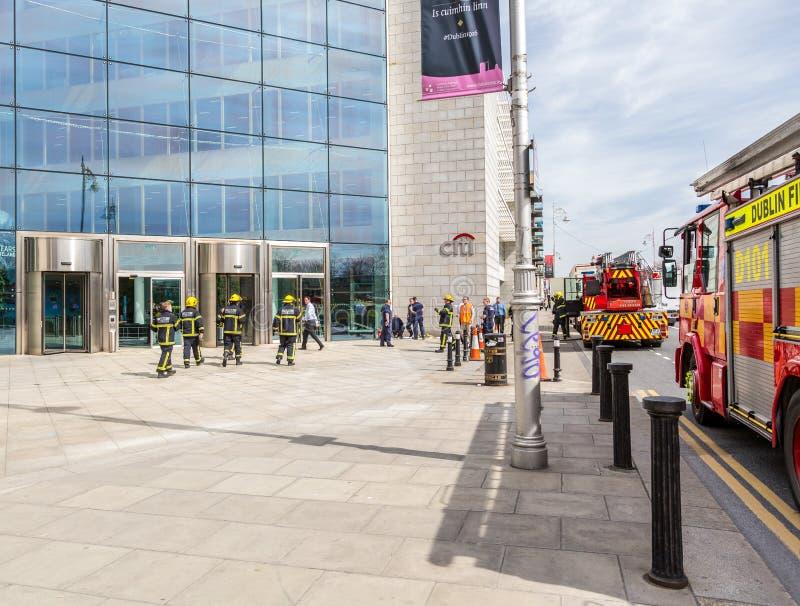 Sapadores-bombeiros fora de um prédio de escritórios foto de stock