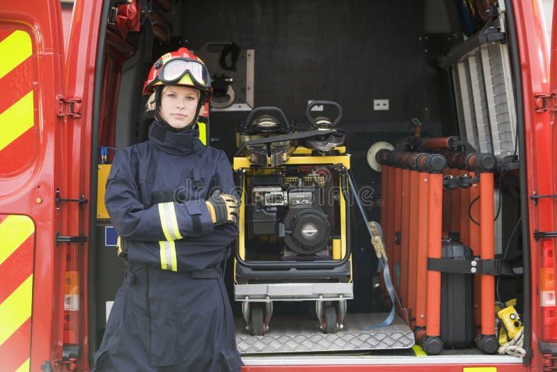 Sapadores-bombeiros que estão pelo equipamento fotografia de stock