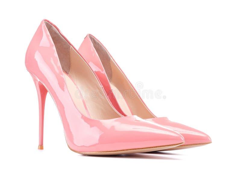 Sapata cor-de-rosa pastel dos saltos das mulheres do salto alto da patente isolada no branco imagem de stock royalty free