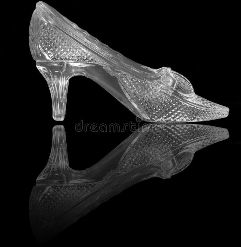 Sapata de vidro da mulher no preto fotografia de stock