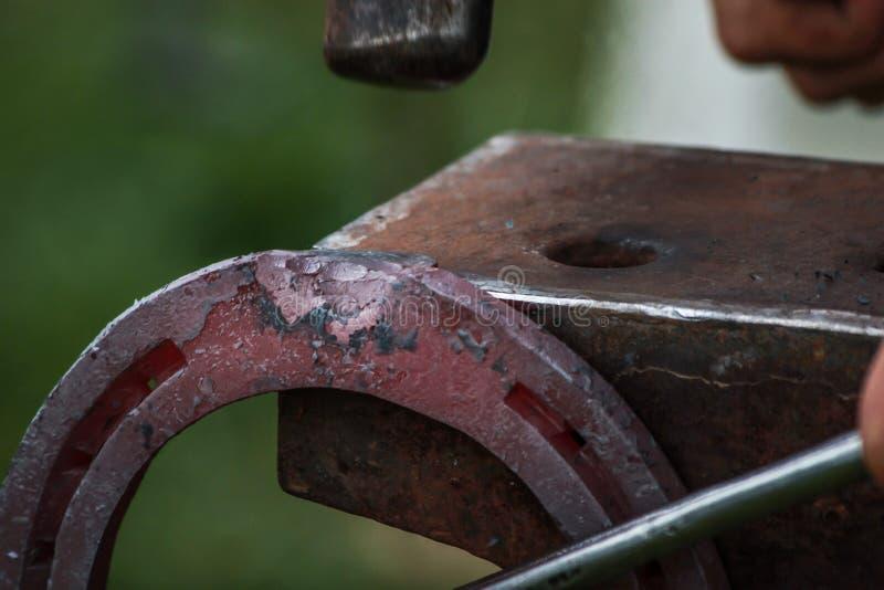 Sapata do cavalo que está sendo crafted pelo ferreiro/farrier fotos de stock