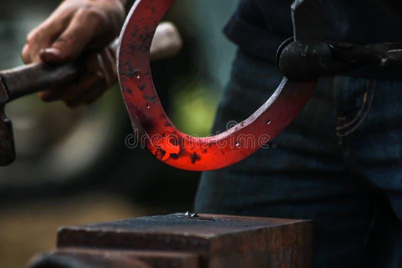 Sapata do cavalo que está sendo crafted pelo ferreiro/farrier fotos de stock royalty free