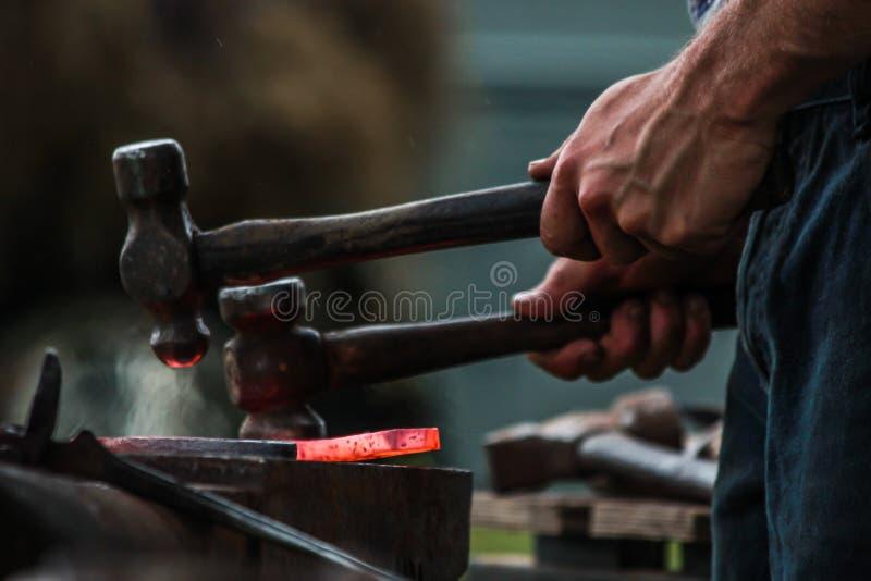 Sapata do cavalo que está sendo crafted pelo ferreiro/farrier fotografia de stock