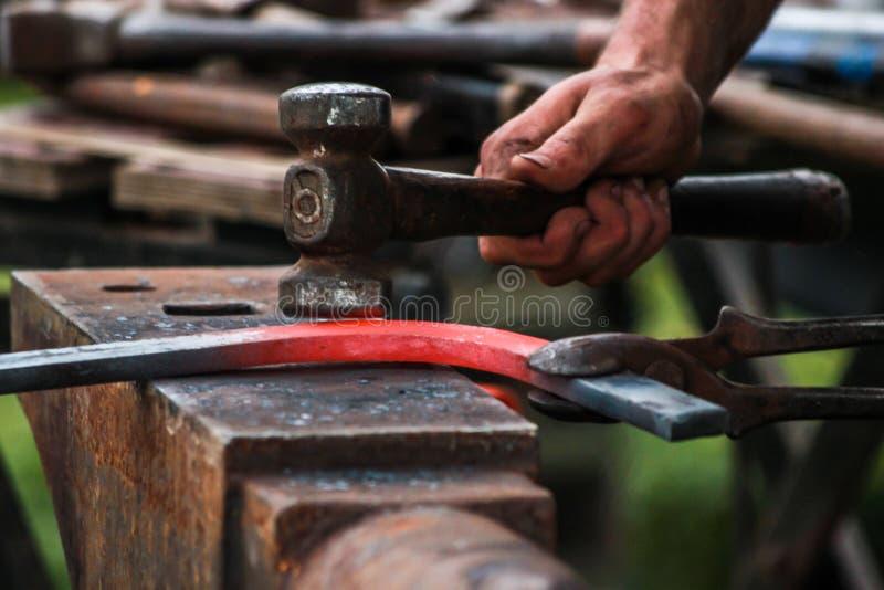 Sapata do cavalo que está sendo crafted pelo ferreiro/farrier imagem de stock