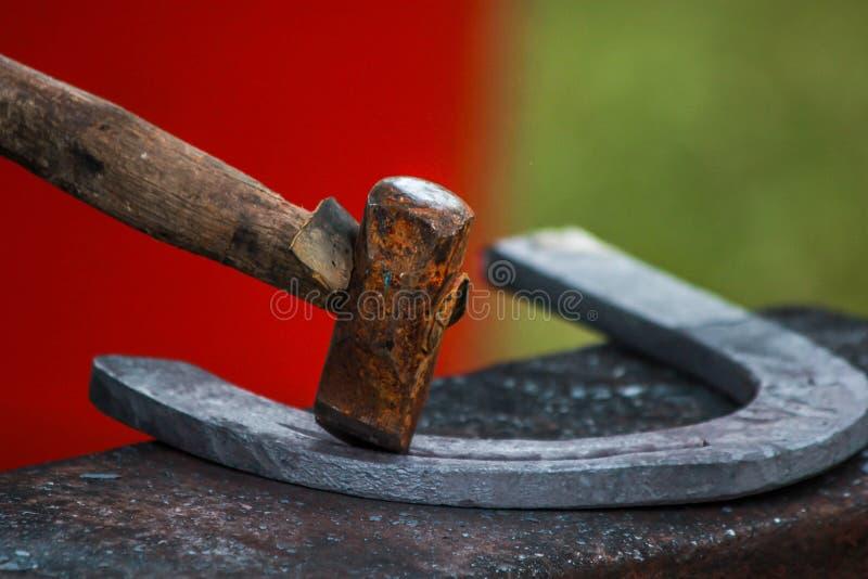 Sapata do cavalo que está sendo crafted pelo ferreiro/farrier imagens de stock royalty free