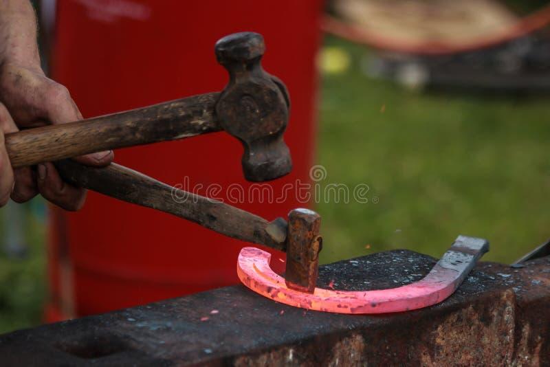 Sapata do cavalo que está sendo crafted pelo ferreiro/farrier fotografia de stock royalty free