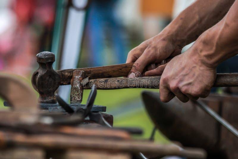 Sapata do cavalo que está sendo crafted pelo ferreiro/farrier imagens de stock