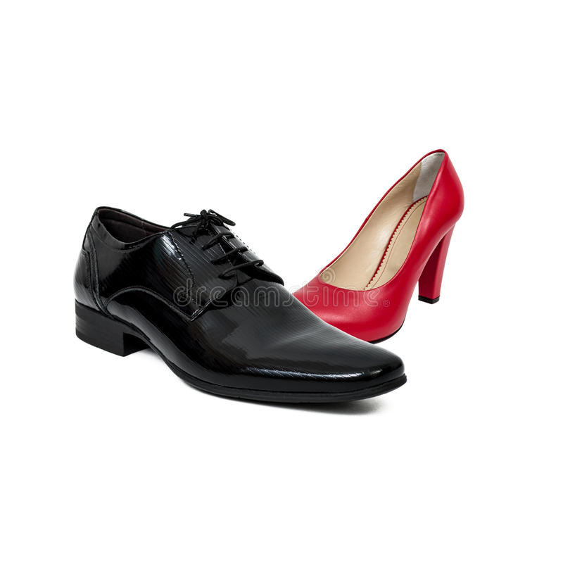 Sapata do homem negro contra a sapata vermelha da mulher fotos de stock royalty free