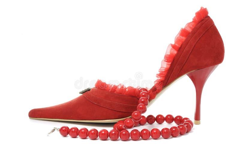 Sapata e grânulos fêmeas vermelhos 'sexy' imagem de stock