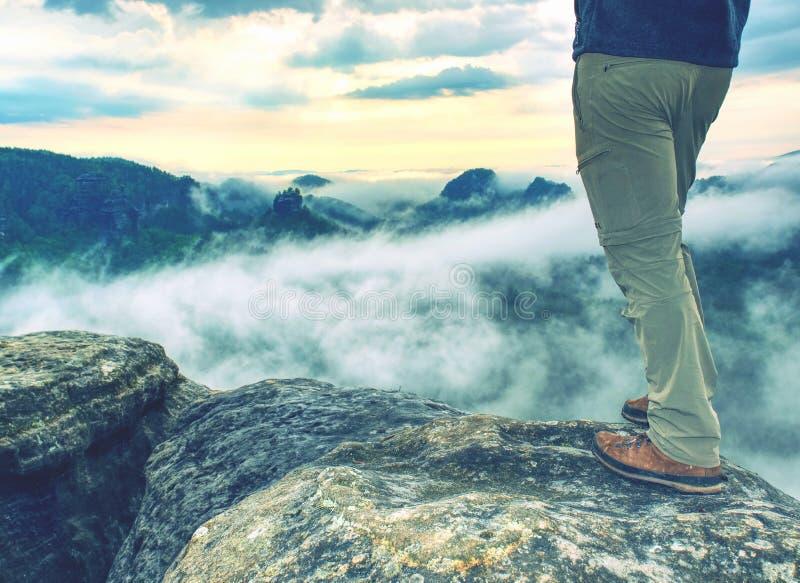 Sapata e pés Trekking na fuga de caminhada rochosa nas montanhas foto de stock royalty free