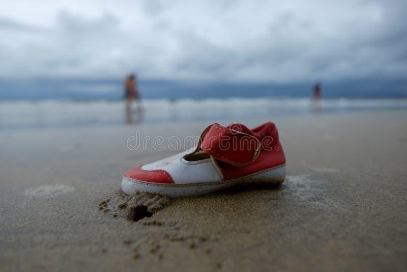 Sapata perdida da criança na areia da praia fotos de stock royalty free