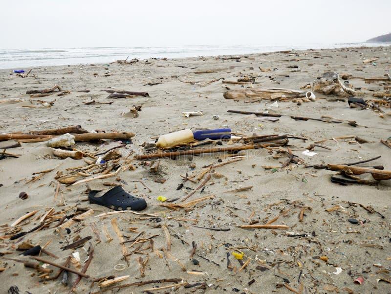 Sapata preta da obstrução despejada em uma praia das caraíbas perto da poluição plástica de Cartagena Colômbia imagem de stock