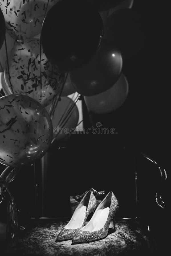 Sapatas acessórias da noiva na foto da cadeira e dos balões imagens de stock royalty free