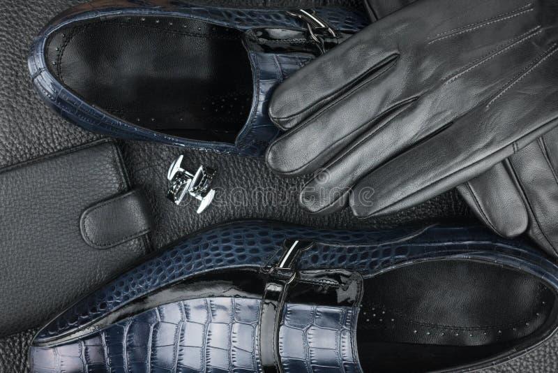 Sapatas, botão de punho, luvas e bolsa clássicos do ` s dos homens no couro preto fotos de stock royalty free