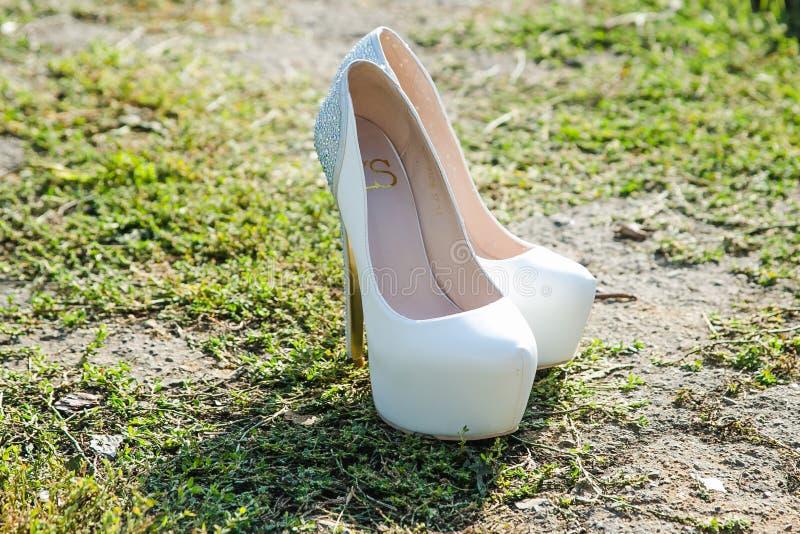 Sapatas brancas bonitas do casamento foto de stock royalty free