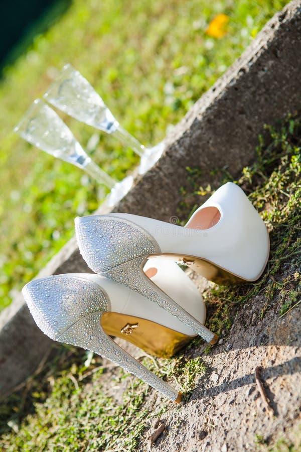Sapatas brancas bonitas do casamento imagens de stock royalty free