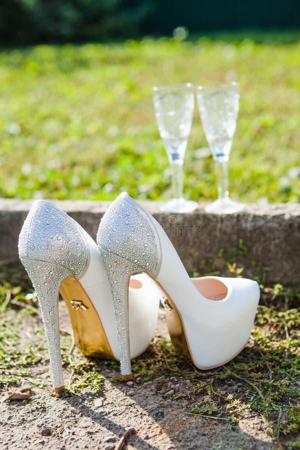 Sapatas brancas bonitas do casamento imagens de stock
