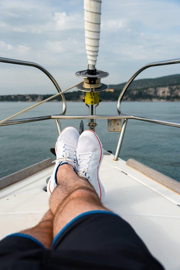 Sapatas brancas da navigação fotografia de stock royalty free